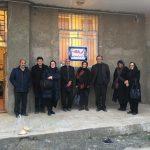 خانواده شریعتی و تعدادی از اهالی روستای کاهک در مقابل درمانگاه پوران شریعترضوی در این روستا