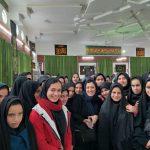 مونا شریعتی در کنار جمعی از دختران روستای مزینان
