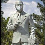 تندیس دکتر علی شریعتی در سبزوار، اثری از هنرمند سبزواری هادی دهقانپور در روزهای کرونایی (بهار ۱۳۹۹)