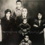 بر زانوی پدر، در کنار مادر و برادران